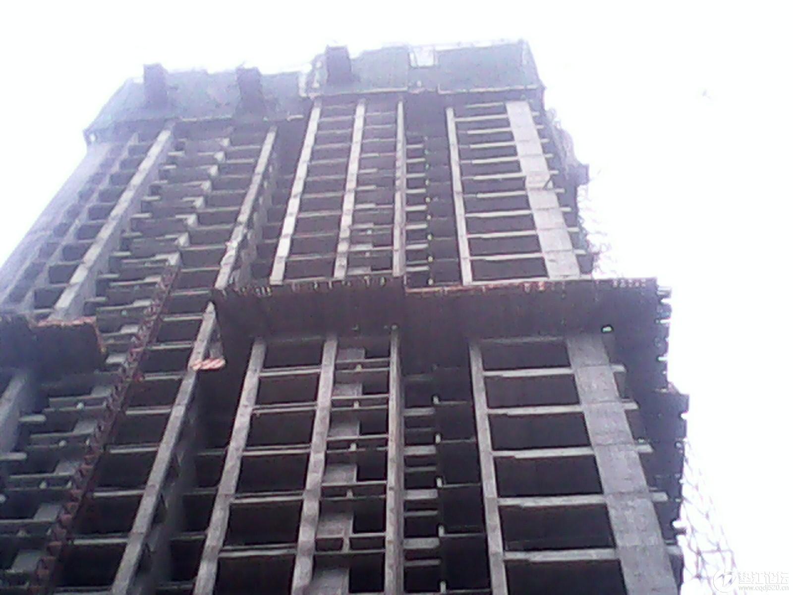 东城国际高层商品房建筑安全让人担忧。   今天上午10点左右从高层建筑物上,飞出一根2到3米的木方到距旁边三合安置房2栋2单元502客厅房中。屋子一片狼藉。所幸没伤人。    这工地经常有建筑物落向住宅区,一点安全防护措施也没有。并且通宵都在施工,嘈音已有半年之久。望相关部门管一管。谢谢。