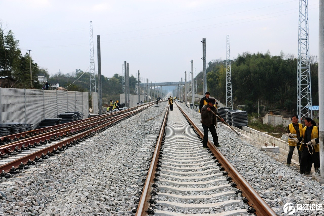 铁路工人施工忙——垫江火车站见闻