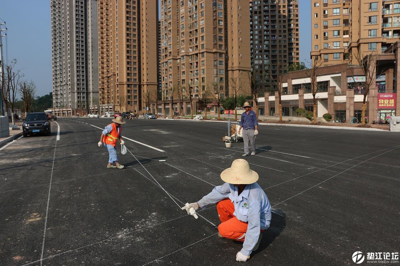 打通北二环 建设新垫江——明月大道(北段)划线工