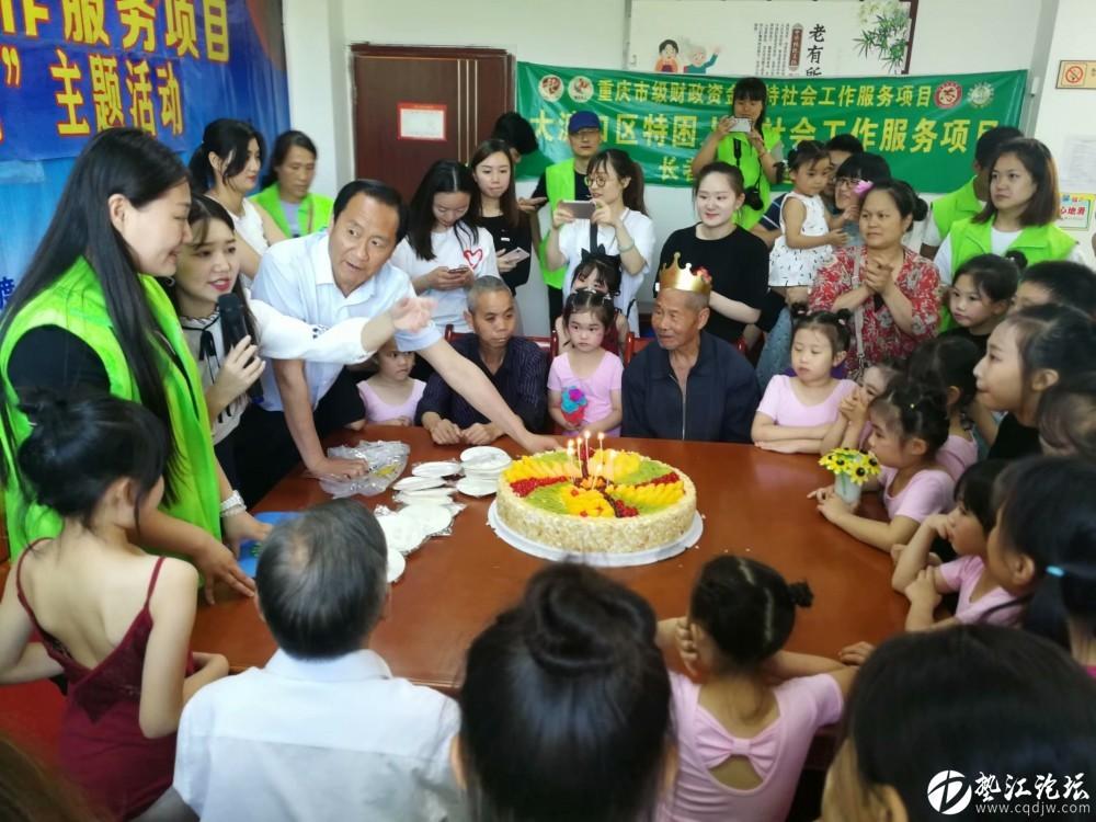 集体生日会,大家为老人庆生日——梅明社工.jpg
