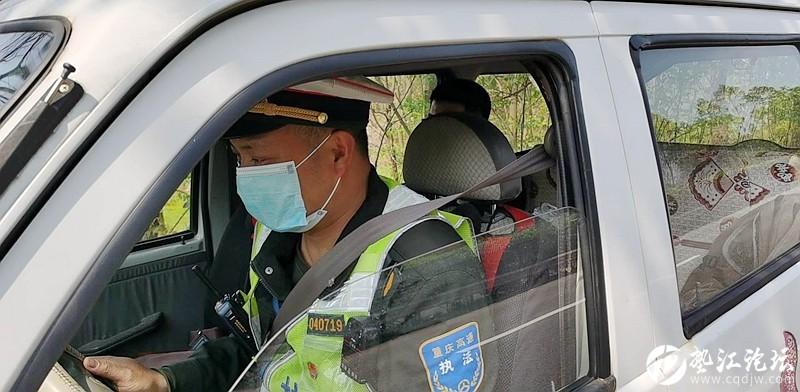 司机驾车中暑 高速执法人员及时援助