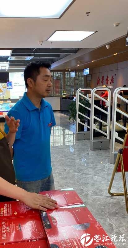 在墊江新華書店買書,大人在選書,兩個小朋友看書,在兩個小朋友